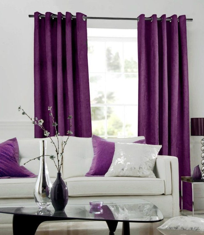 Наиболее выгодно фиолетовые шторы смотрятся в сочетании с другими элементами интерьера такого же оттенка