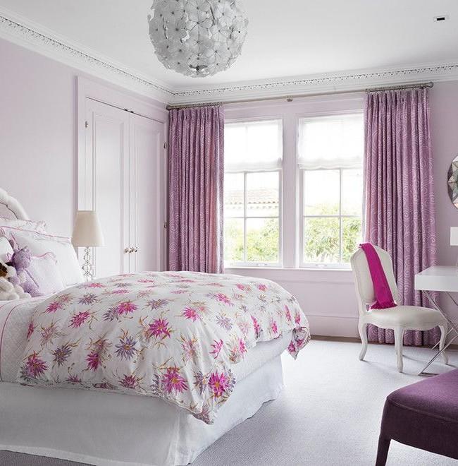 Светлые узорчатые фиолетовые шторы в современно-классическом интерьере