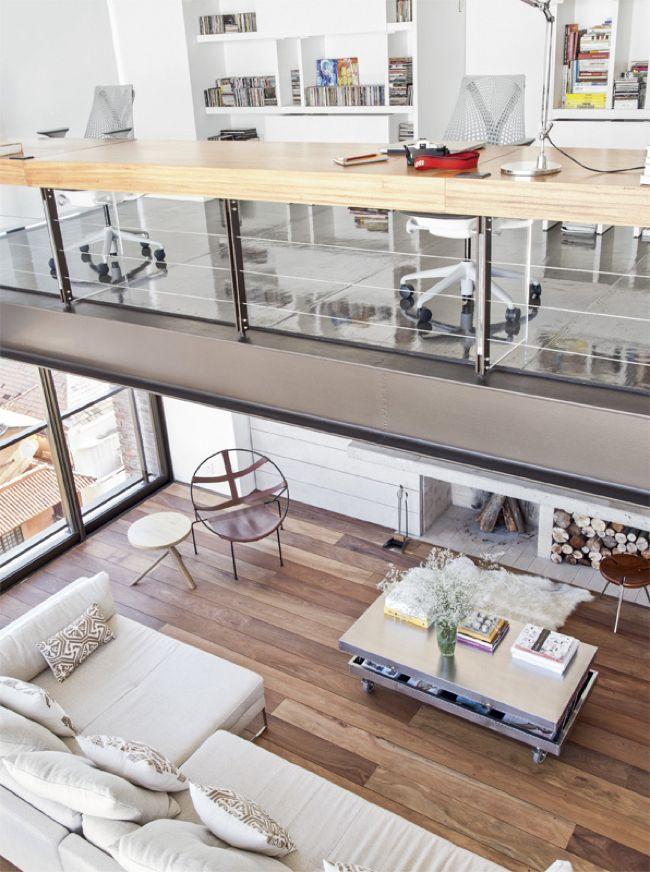 Двухэтажный интерьер с фальш-камином