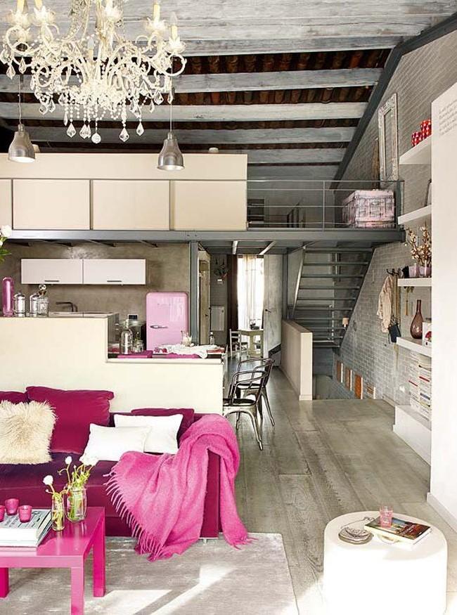 Интерьер двухуровневой квартиры, сочетающий насыщенные и мягкие оттенки