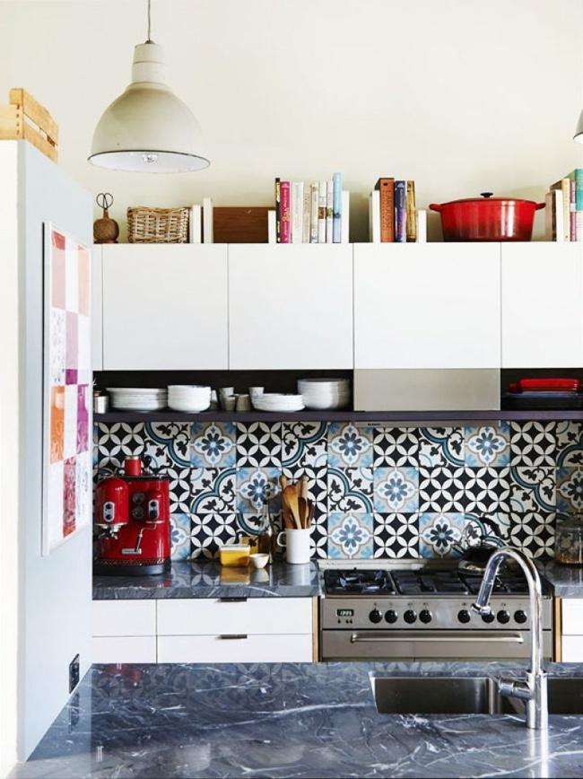 Кухонный фартук, хаотично выложенный из плитки нескольких узоров