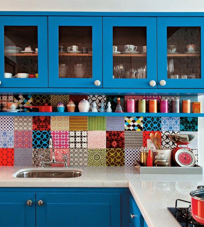 """Множество плиток с разнообразной печатью образуют выразительный цветастый паттерн - """"изюминку"""" интерьера"""