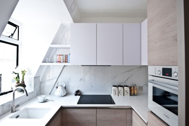 Кухонный фартук из крупной керамической плитки, имитирующей мрамор