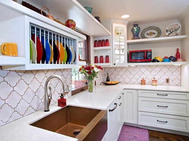 Гладкая белая плитка отлично сочетается с насыщенными элементами интерьера