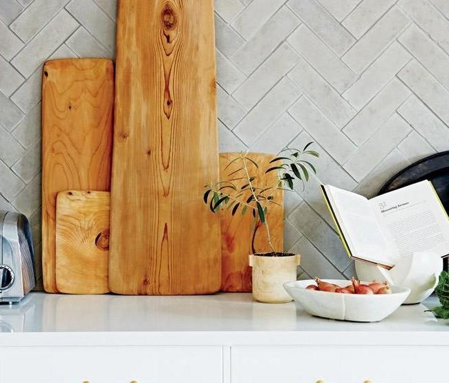 Кухонный фартук, выложенный из плитки диагональю