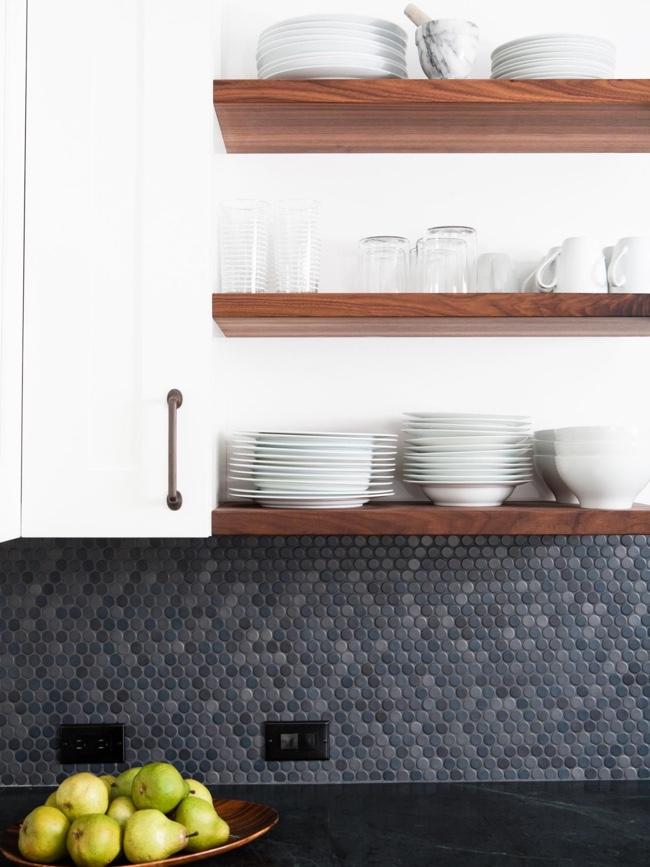 Кухонный фартук, выложенный мозаикой из плиточек разных оттенков