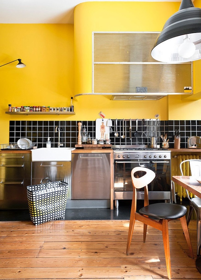 Черный кухонный фартук в светлом интерьере