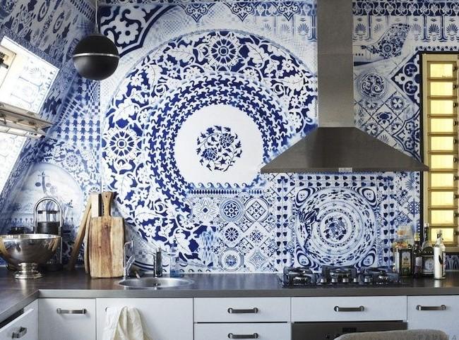 Изысканный узор, выложенный из плитки в кухонном фартуке