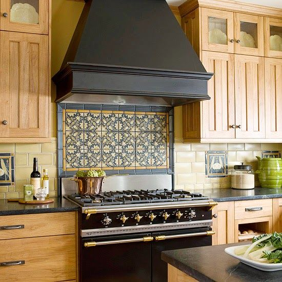 Панно, выложенное из плитки в кухонном фартуке