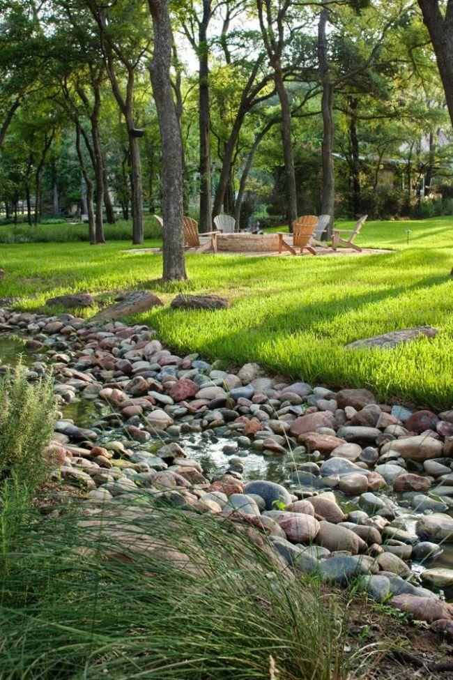 Прямой или извилистой формой сухого ручья можно подчеркнуть особенности ландшафта участка