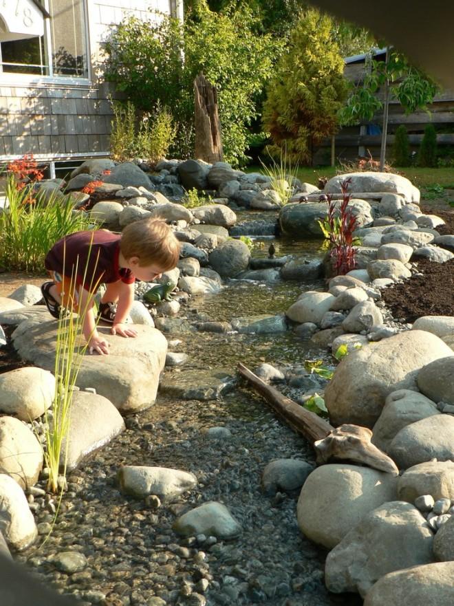 Сухой ручей не только красив, но и функционален или просто незаменим в плане организации дренажа ливневых вод