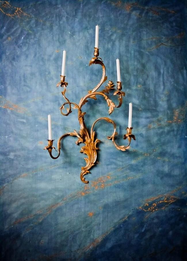 Роскошный бронзовый подсвечник на синем фоне