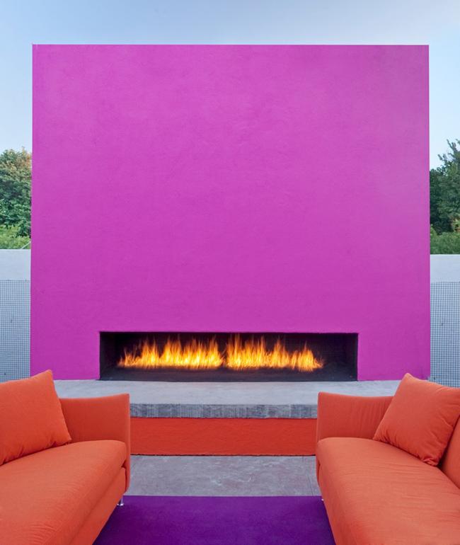 Холодный оттенок цвета фуксии выбран для оформления камина на улице. Отлично выглядит с мебелью спокойного оранжевого цвета