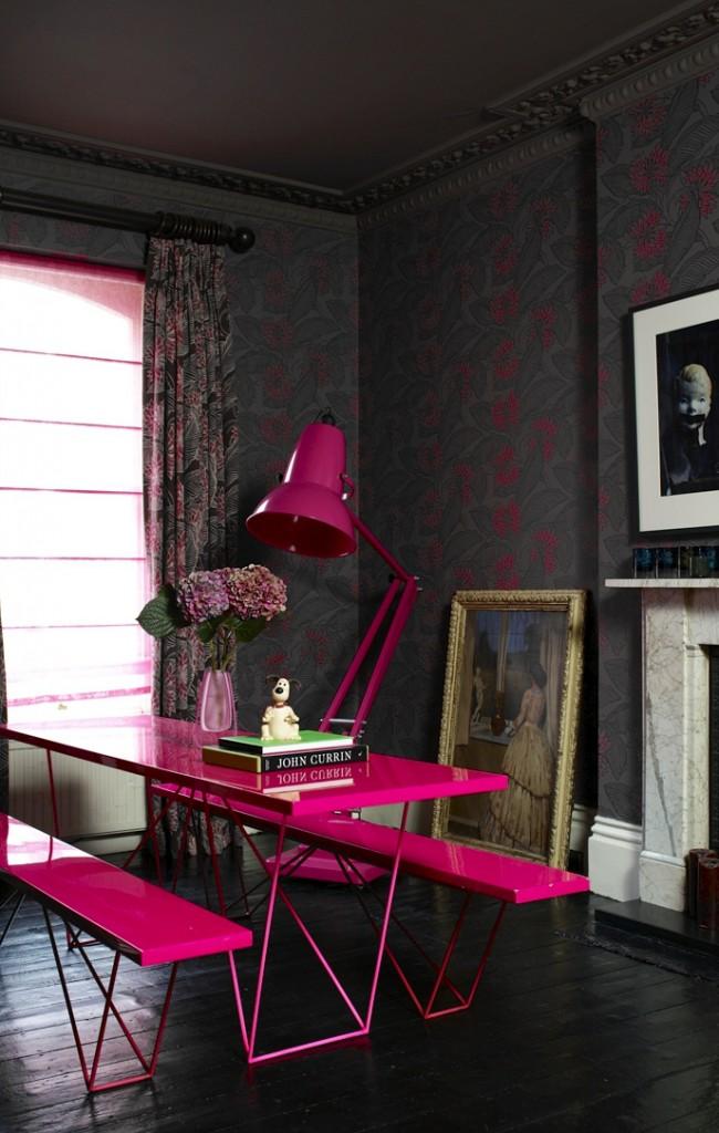 Яркие вкрапления фуксии на черном фоне создают очень стильный интерьер