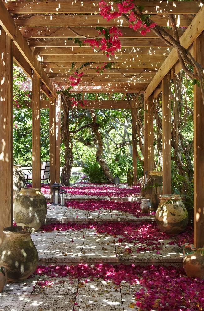 Красивая пергола-туннель, обвитая розами