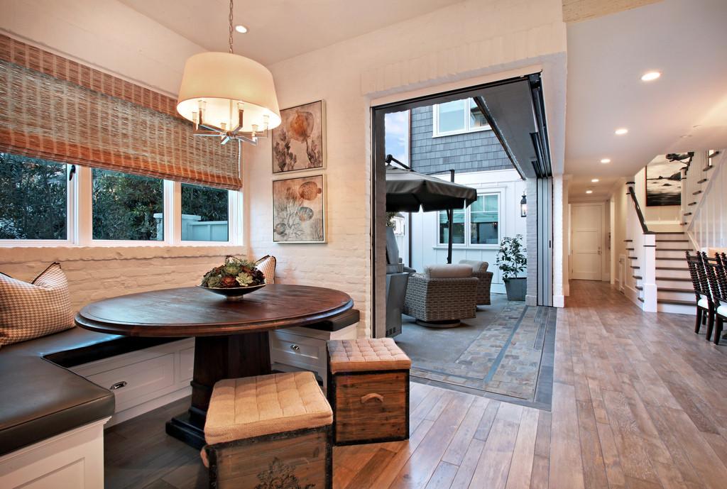 Функциональные банкетки в виде ящиков с ручками - удобная и практичная деталь мебели на кухне