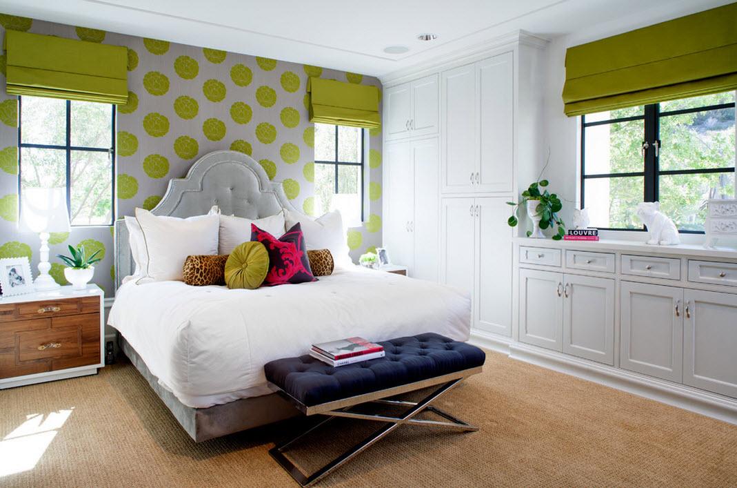 Банкетка с бархатной темно-синей обивкой для спальни в современном стиле