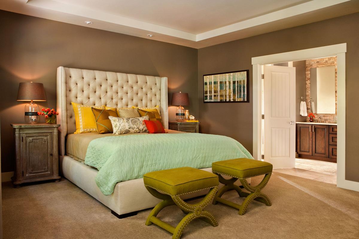 Банкетки в оливковом тоне добавили стиля и цвета в интерьер спальни