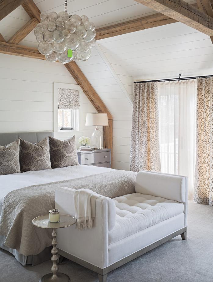 Для спальни в пастельных тонах подобрали мягкую банкетку-диван светлого тона