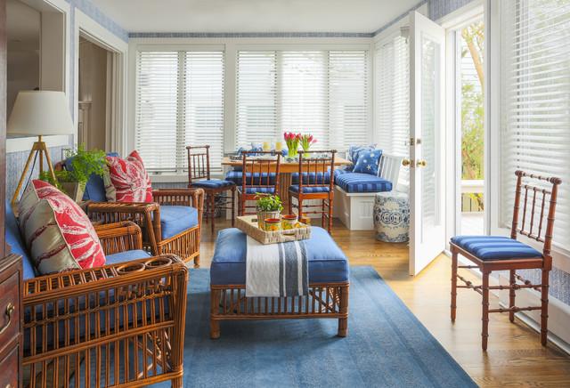 Комплект мебели для гостиной с ротанговой основой, почетное место среди которого отведено банкетке, на которой можно и посидеть и даже использовать в качестве столика