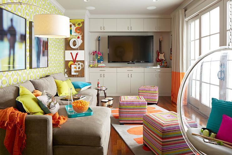Разноцветные банкетки-кубики станут отличным акцентом для интерьера, благодаря свей мобильности - незаменимая вещь в квартире