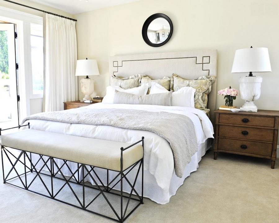 Банкетка с кованым каркасом простой геометрической формы является изюминкой интерьера спальни