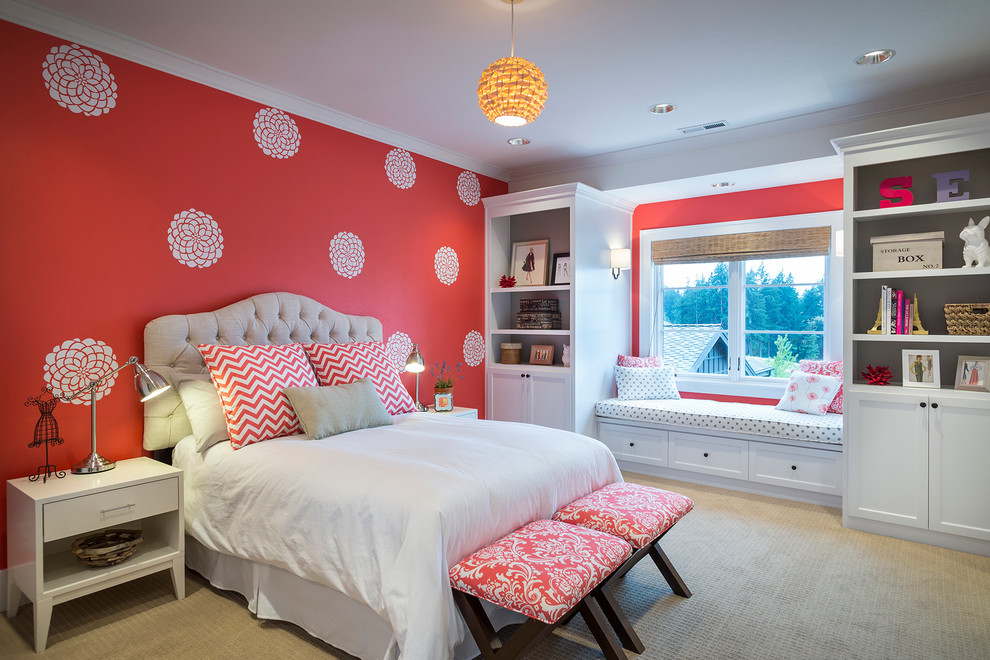 Бело-красный интерьер спальни отлично дополнили две банкетки в аналогичной гамме