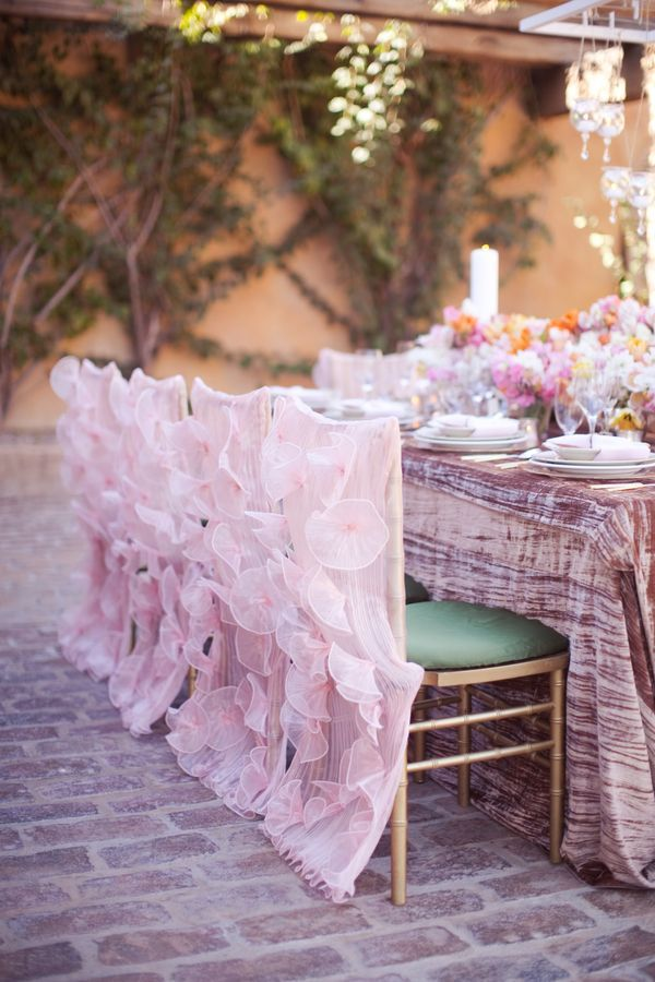 Чехлы нежного цвета с шифоновыми цветками - изысканно и элегантно