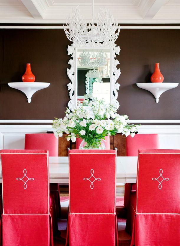 Сдержанные и в то же время роскошные чехлы красного цвета в классическом интерьере