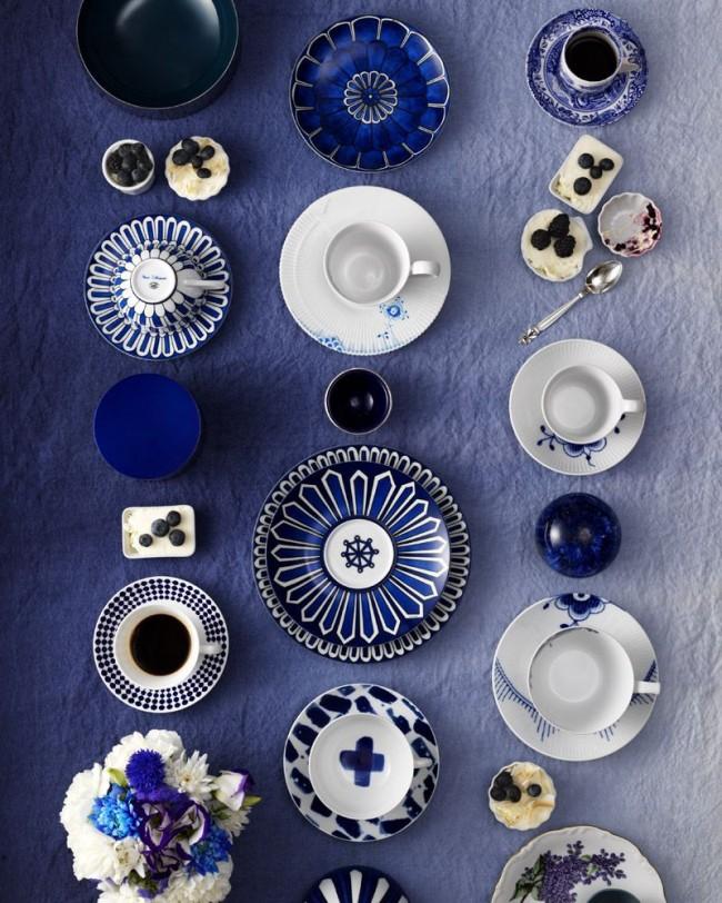 На кухне, оформленной в чарующей синей гамме, принятие пищи превращается в настоящий ритуал