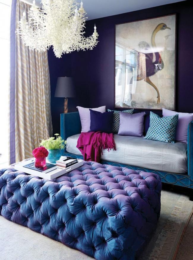 Насыщенная гостиная, выполненная в сине-фиолетовой гамме