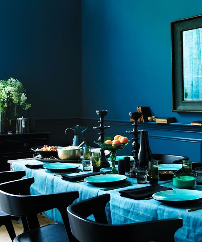 Роскошная синяя столовая будто создана для званых обедов