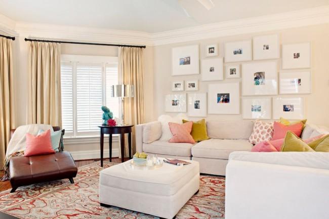Стены и мебель оттенка розовый айвори наполняют гостиную теплом и нежностью