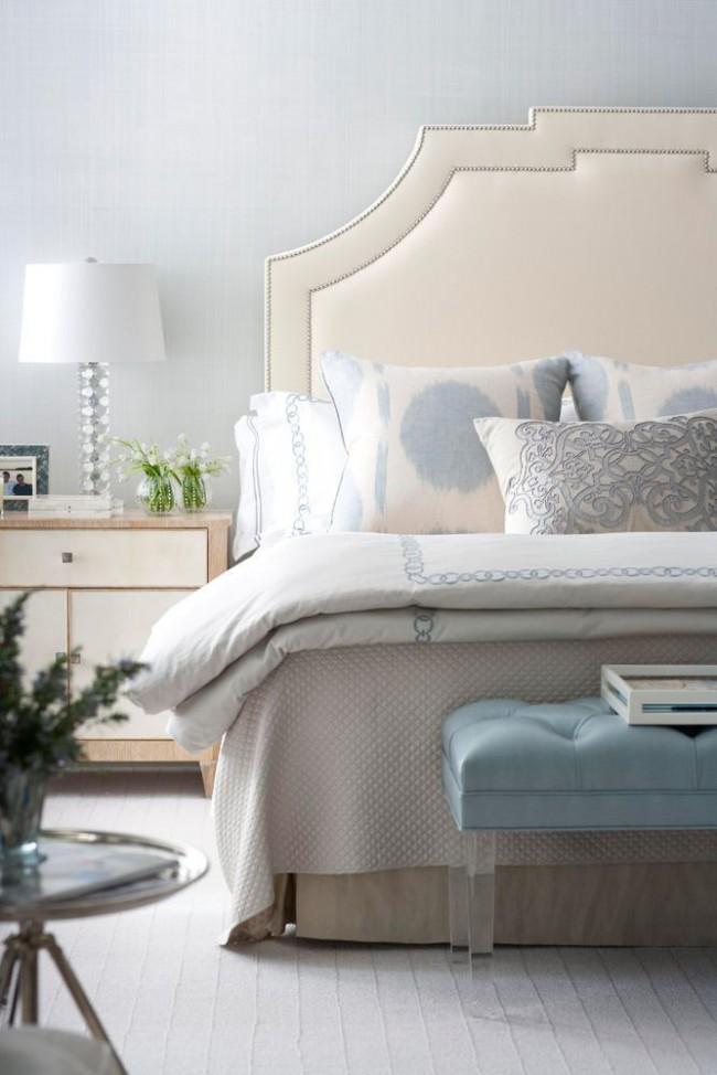 Лаконичная мебель цвета айвори в спальне, выполненной в стиле арт-деко