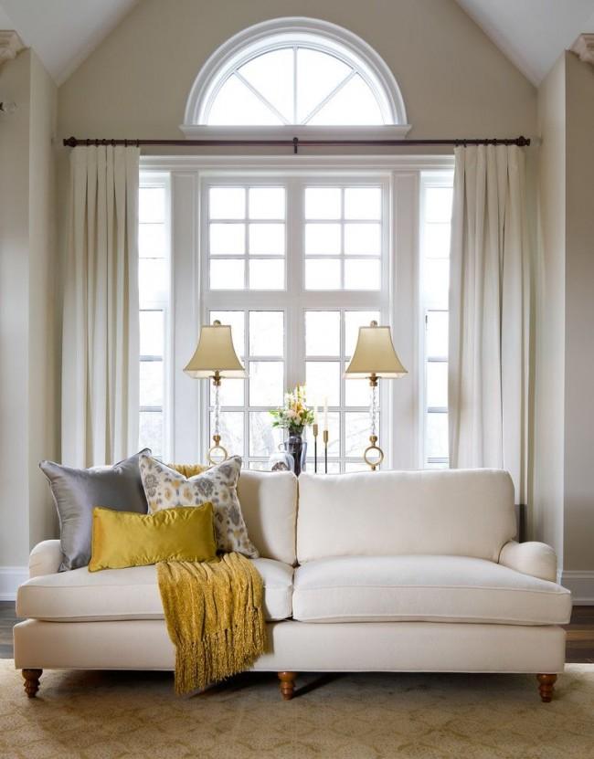 Сдержанная и элегантная гостиная, оформленная в цвете слоновой кости