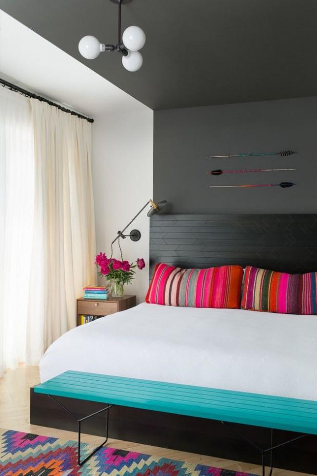 Спокойные светлые шторы гармонично дополняют темные стены и яркую постель
