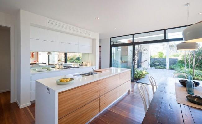 Цвет айвори, в отличие от более резкого белого, наполняет просторное помещение уютом и теплом