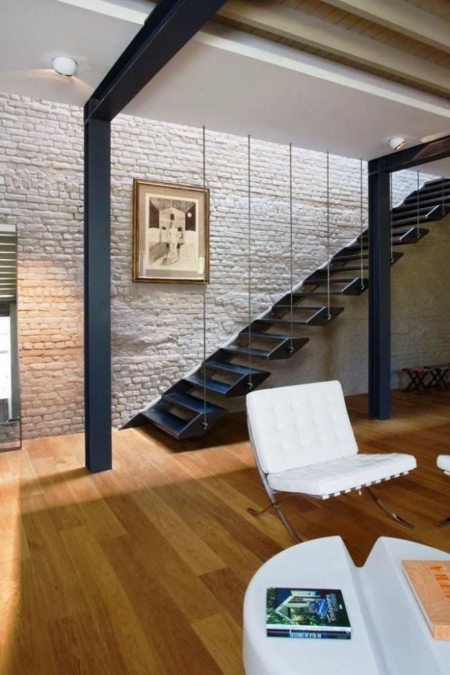 Использование декоративного кирпича для отделки стены у подъема по лестнице