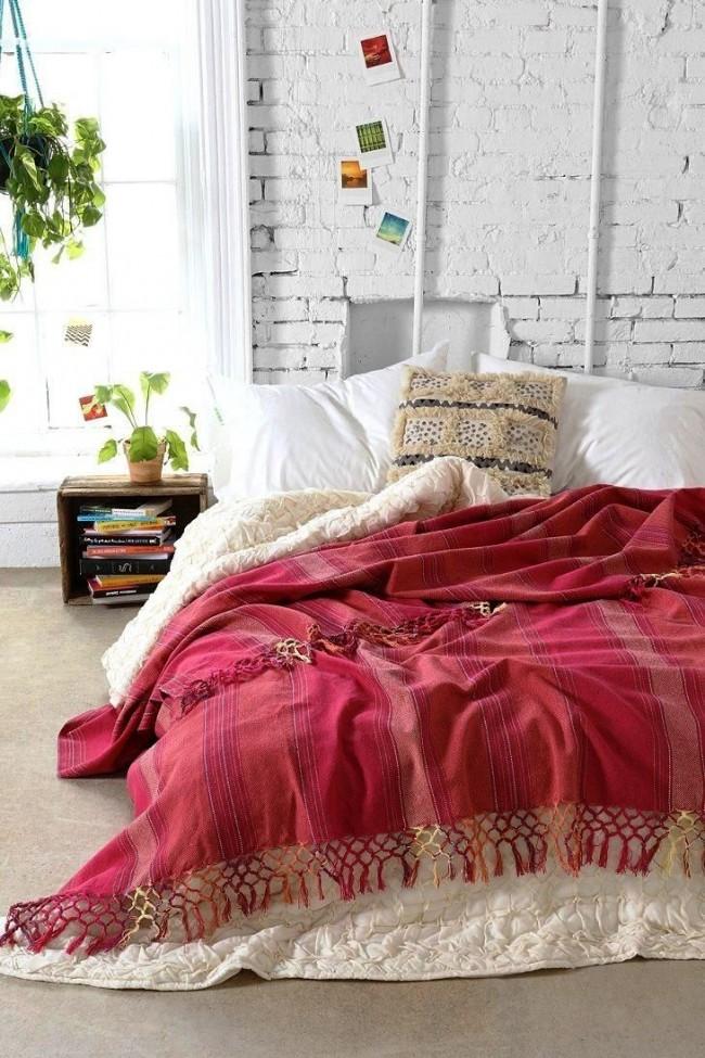 Использование выкрашенного в белый цвет декоративного кирпича в спальне