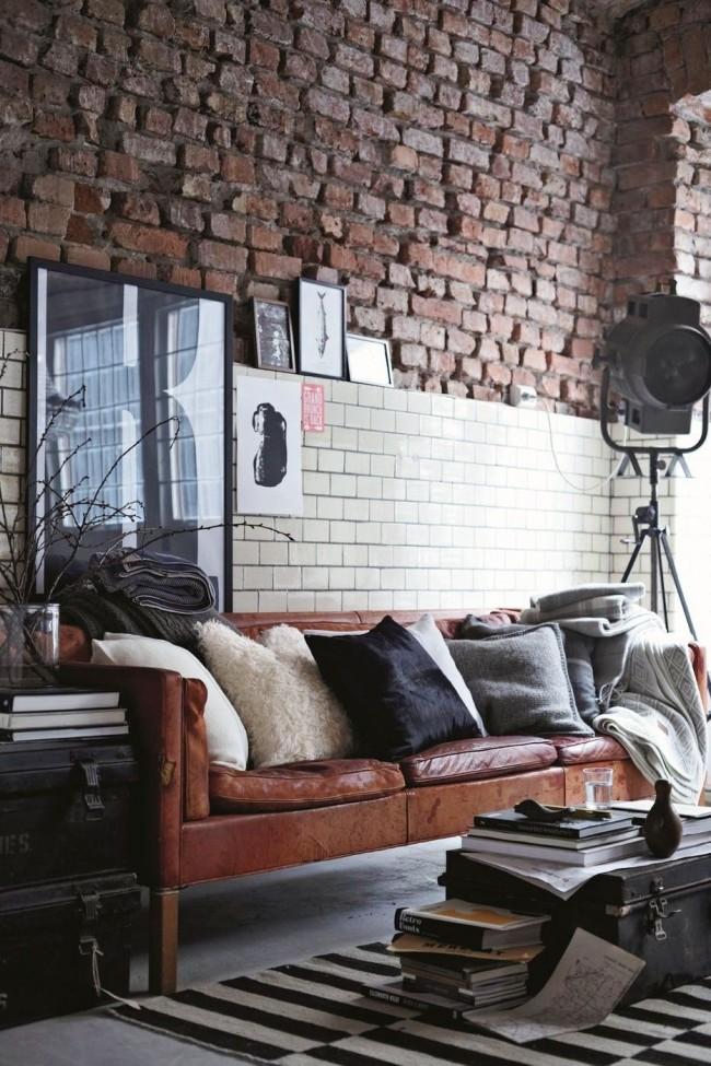 Стена в гостиной, украшенная грубой кирпичной кладкой