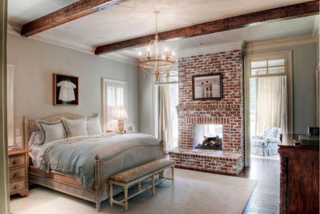 Отделка стены вокруг камина в спальне с интерьером в кантри стиле