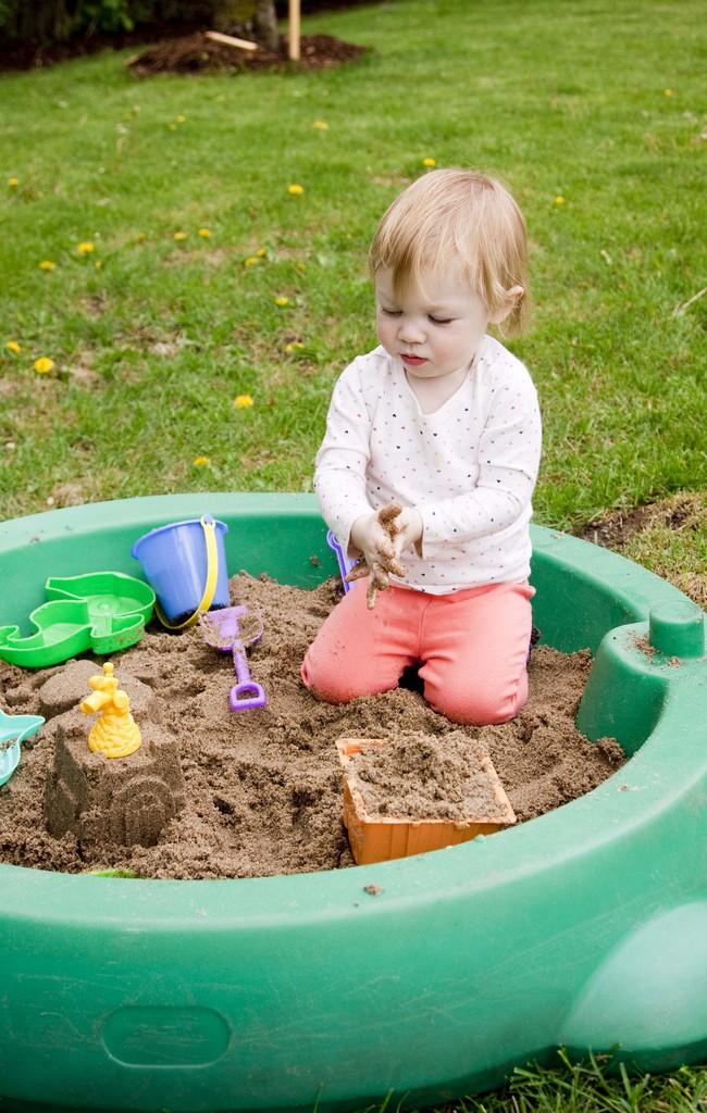Благодаря переносной пластиковой песочнице ваш ребенок всегда будет под присмотром