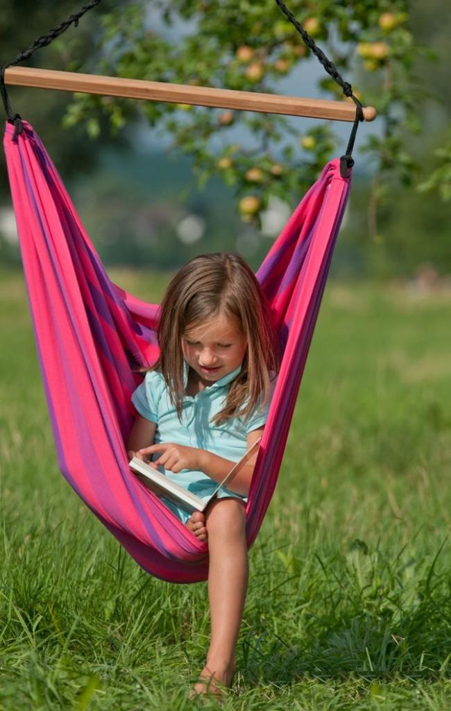 Качеля-гамак послужит удобным местом для для отдыха или чтения книг