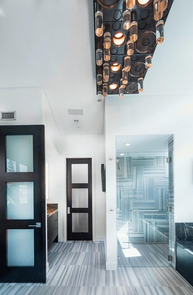 Деревянная дверь с матовыми стеклянными вставками