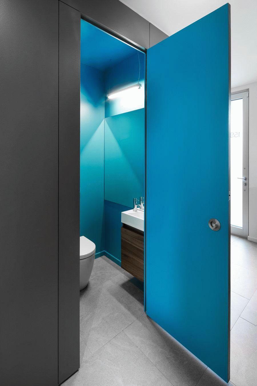 Пластиковая дверь ярко-голубого цвета