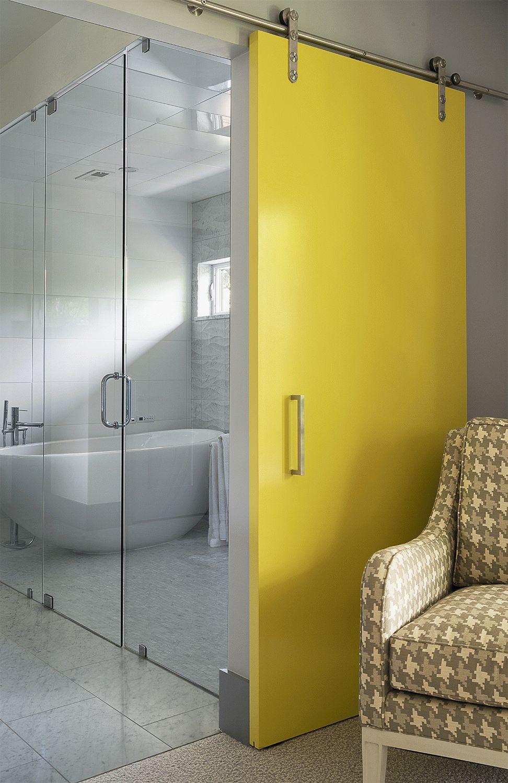 Пластиковая желтая дверь в ванную комнату