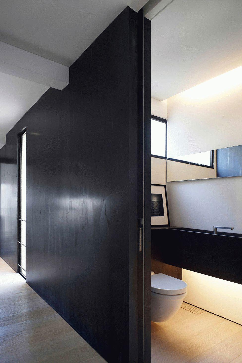 Черная раздвижная дверь высотой от пола до потолка