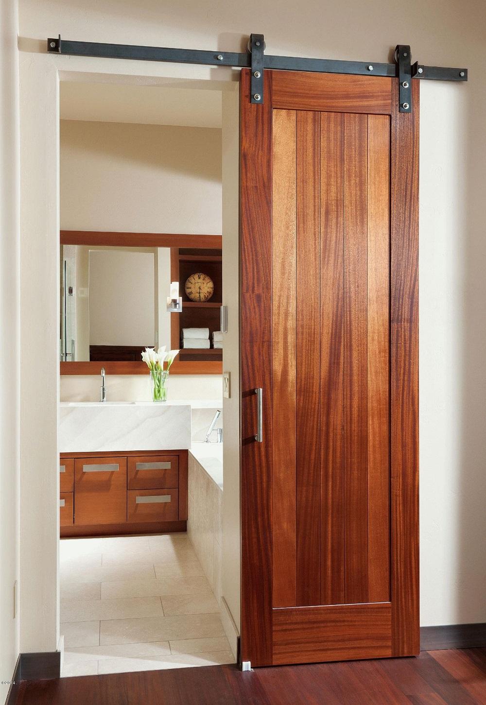 Узкая раздвижная дверь насыщенным древесным рисунком