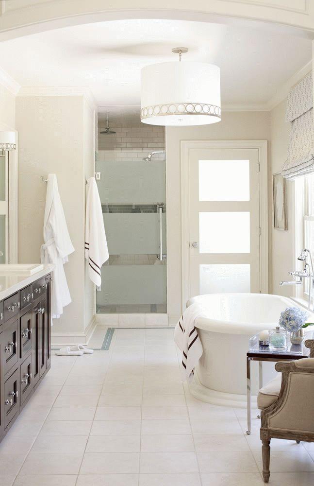 Белая дверь в ванную с матовыми вставками