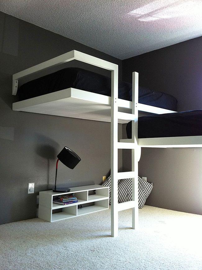 Такая кровать освобождает пространство на полу - очень практичное решение